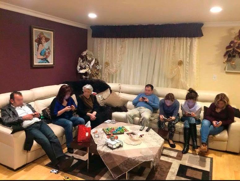 Família foi visitar a avó que estava se sentindo muito sozinha. Foto que se tornou viral.