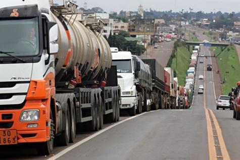 Bolsonaro anuncia cartão-caminhoneiro para motoristas comprarem combustível sem variação de preço