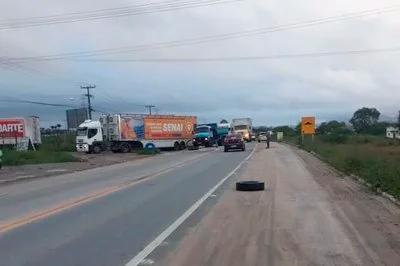 Caminhoneiros protestam contra preço do diesel e tabela de frete na BR-230, em Campina Grande