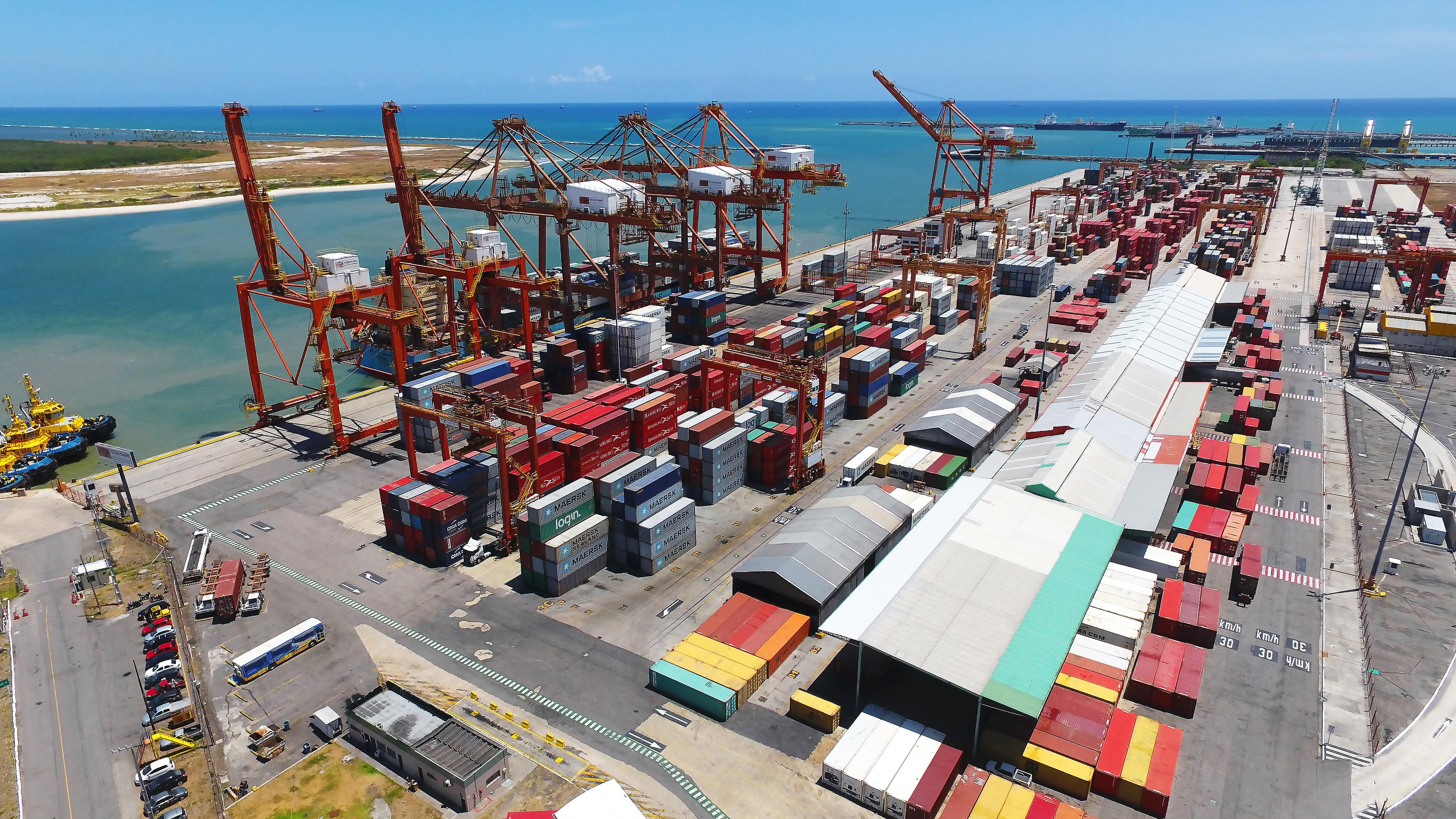 As maiores empresas de navegação se organizam em três grandes alianças que concentram 93% da capacidade de movimentação de contêineres nas principais rotas internacionais