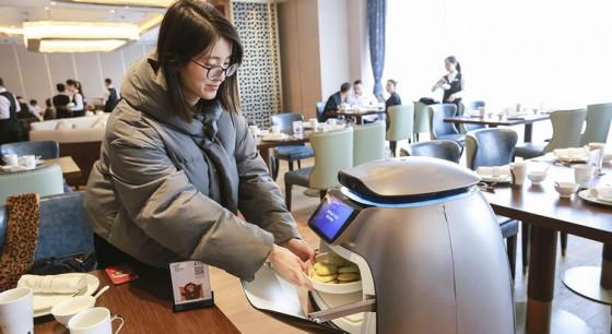 Em hotel futurista do Alibaba, robôs entregam comida e toalhas