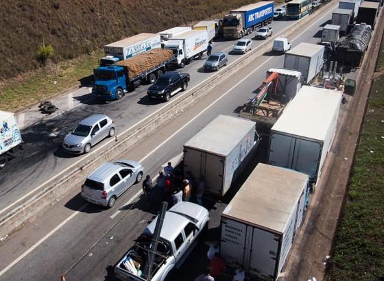 Caminhões parados em rodovia durante a greve do ano passado: impasse persiste entre empresas e transportadores