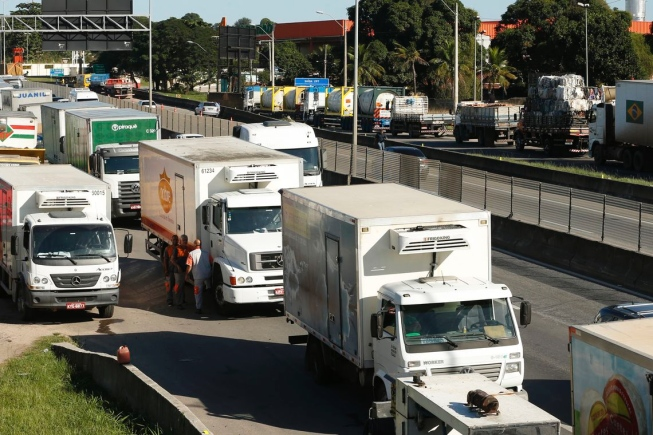 Sindicatos descartam greve, mas caminhoneiros pensam em paralisação independente