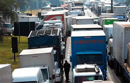 Caminhões na Régis Bittencourt, em São Paulo 26/5/2018 REUTERS/Leonardo Benassatto - Foto: Reuters